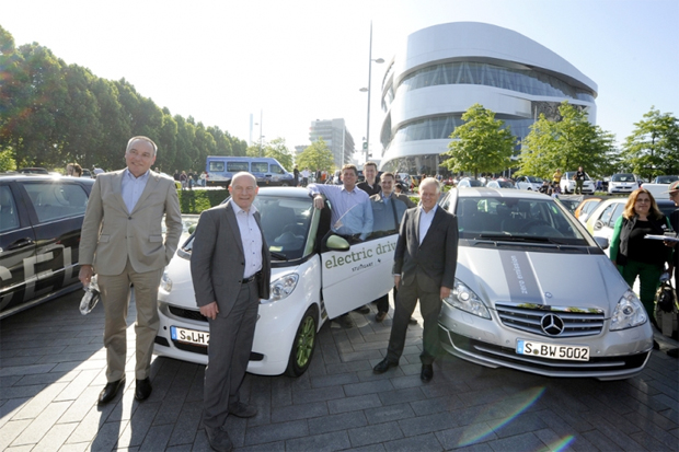 Mayor Fritz Kuhn (middle) and Transportation Minister Winfried Hermann (2nd from the left) at the world record attempt for the longest EV parade in 2014. Image: e-mobil BW / KD Busch