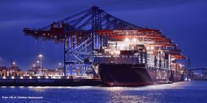 hamburger-hafen-hhla-containerschiff-ship-symbolbild