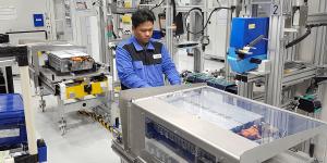mercedes-benz-thailand-batterie-montage-battery-2019-02-min